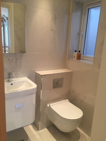 Contemporary double room with en suite shower room