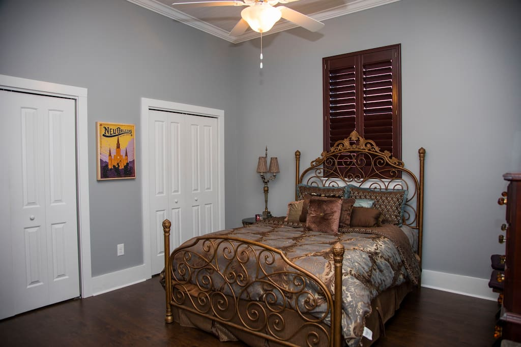 bedroom 1 - queen bed, 2 closets
