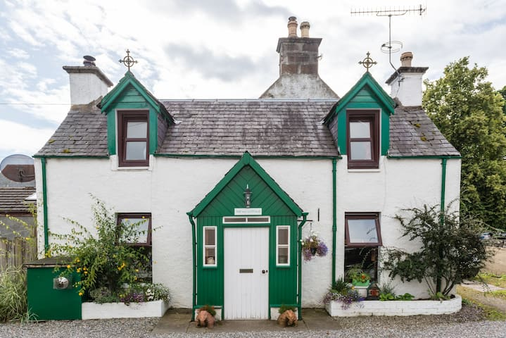 LOCH NESS VILLAGE COTTAGE FOR 2