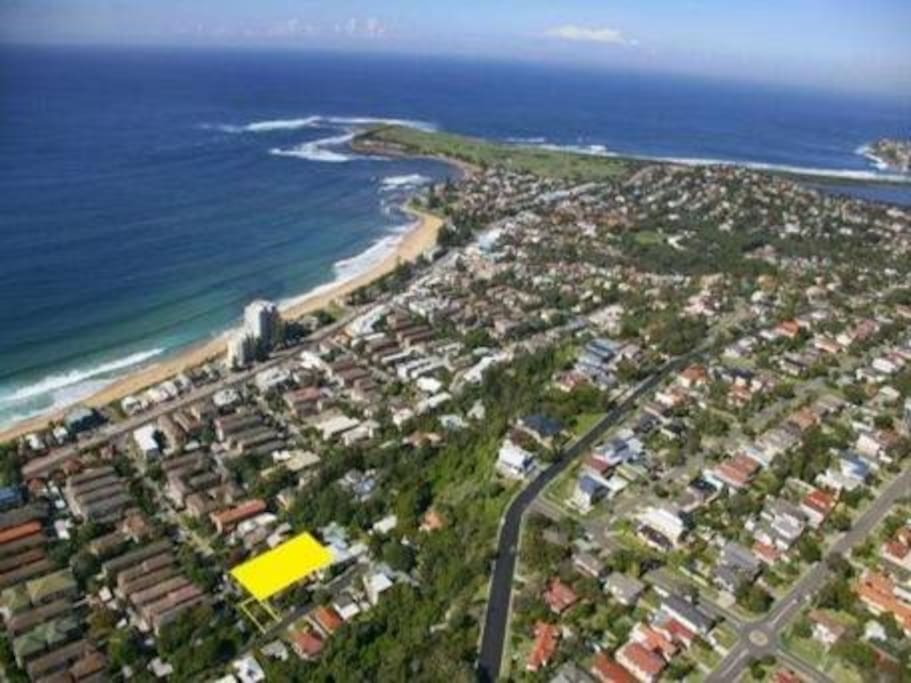 That's us in yellow -  a shot of Collaroy beach - we're half way up the plateau, so get the advantage of a view of Collaroy, all the way north to Narrabeen (& on a clear day can see Palm beach headland)