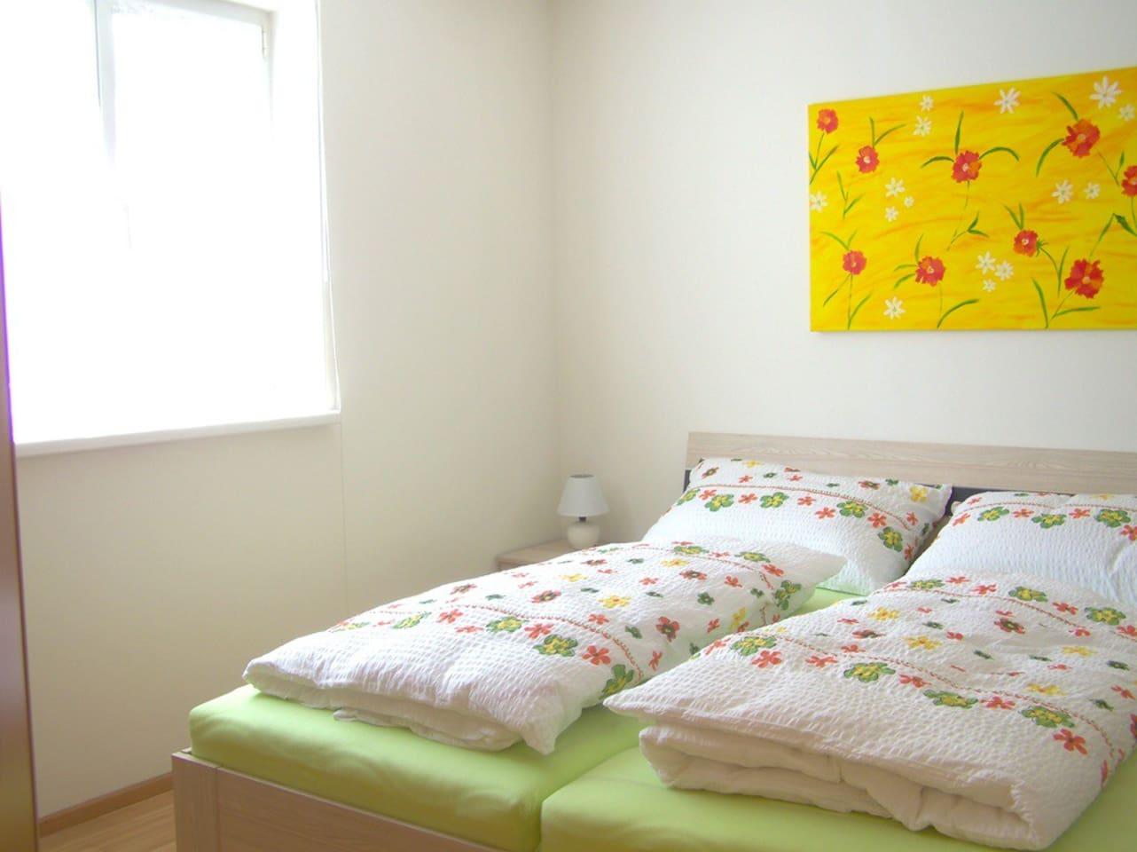 Schlafzimmer mit SAT TV und großem Kleiderschrank