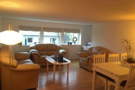 Hyggeligt værelse med stue/køkken - Nordragota - บ้าน
