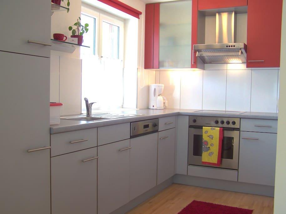 Voll ausgestattete Küche mit Mikrowelle, Herd, Kühl und Gefrierschrank, Ceranfeld