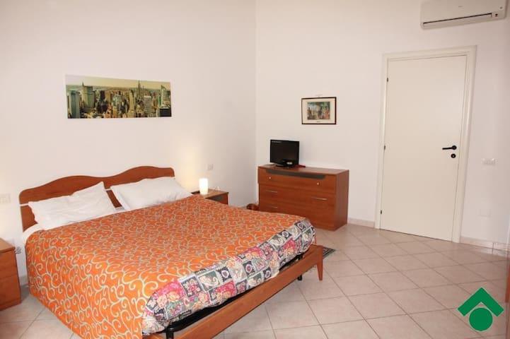 Ampia stanza a pochi km da Cagliari e da aeroporto - Elmas - Appartement