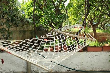 Apartment with peaceful garden :) - Slatine - Leilighet