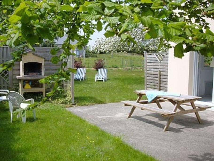 Terrasse accessible directement du logement, puis à la  pelouse et barbecue.