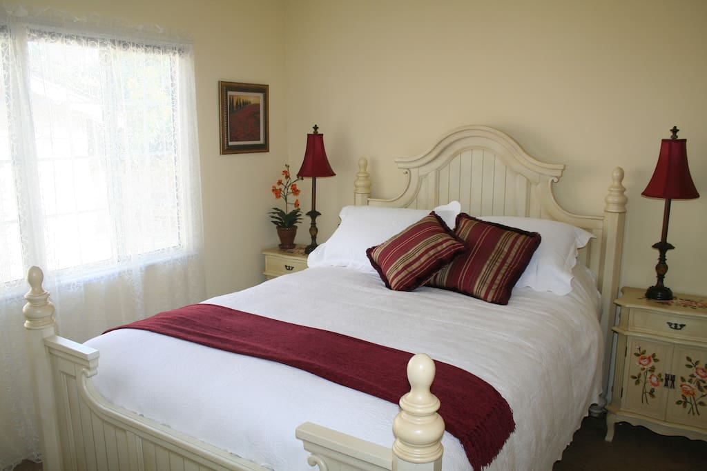 Country charm, bright, airy room, luxury linens