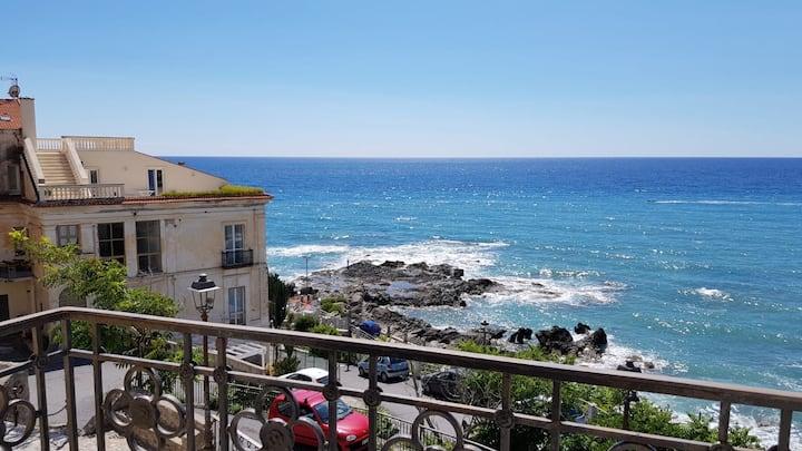 Palazzo storico in riva al mare