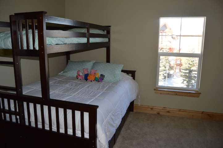 bed has twin size long pull out trundle
