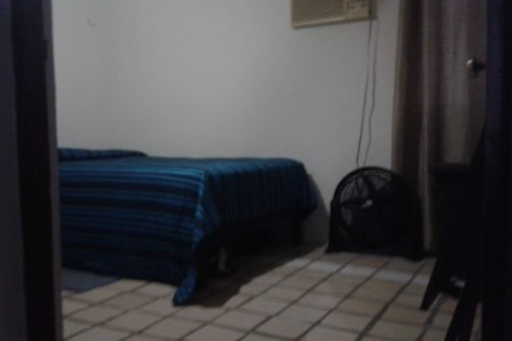 cama matrimonial, colchon ultra ortopedico nuevo, ventilador, aire acondicionado, escritorio, closet y mesa de noche