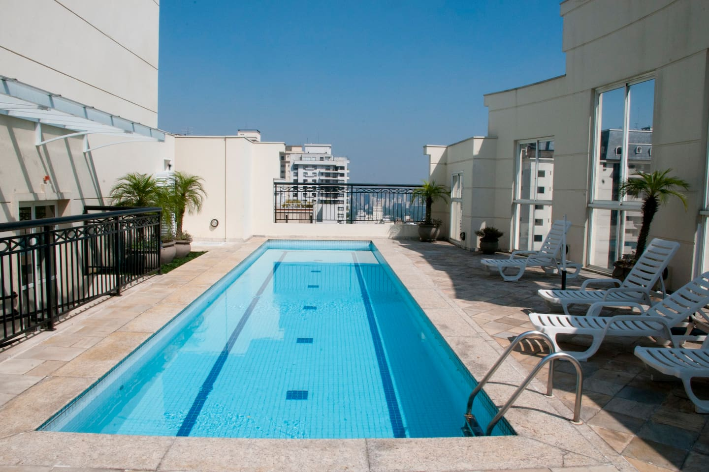 A-1 HI-TECH LUXURY APT/ FLAT - PAULISTA AVE., JARDINS - Next to Paulista Ave on Jardins (Manhattan/ Soho) side.  Rooftop pool with breathtaking views.  Lightening ultra speedy 250 Mbps fiber optic internet wi-fi connection for business or personal use.