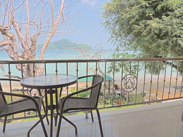 Lovely Beach Front Apt w/ Balcony
