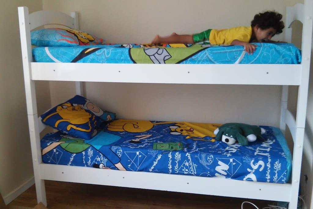 Pode ser 1 Beliche com colchões e travesseiros confortáveis para até 2 pessoas
