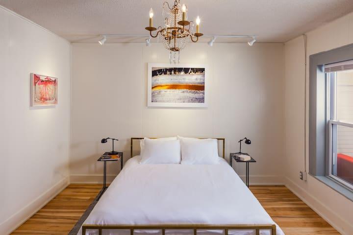 The Deers Head Inn/ Queen bed room w/ sleeper sofa