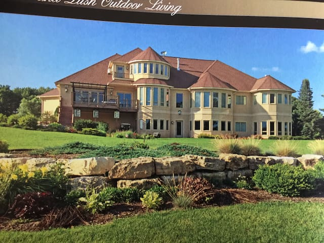 Executive Home in Baraboo near Devils Lake Park