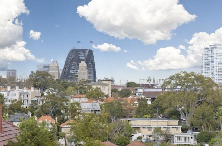 Harbourside Apartment - Harbour Bridge Views