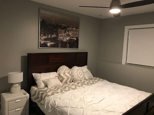Bedroom 1 (King Bed)