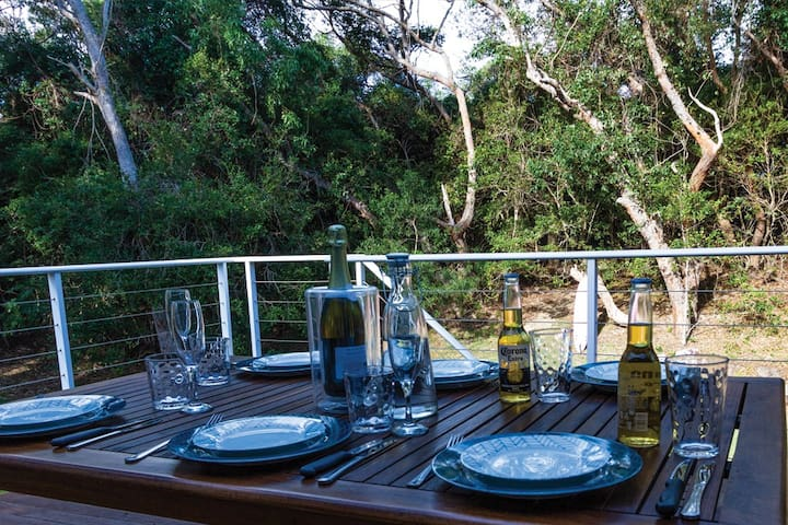 The deck has a wonderful view over the dunes in the backyard. Kangaroos and native birds are frequent visitors. So relaxing to be able to share time with your family and friends in such a private location.