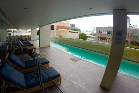 Modern 2bd/2bath Southbank high rise: pool, gym - South Brisbane