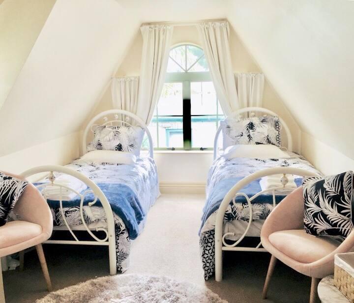 HIDDEN GEM Bedroom A (2 Single Beds) NEAR AIRPORT