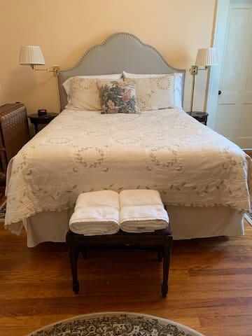 Serta Perfect Sleeper Pillowtop Queen Mattress, soft sheets and plenty of pillows.