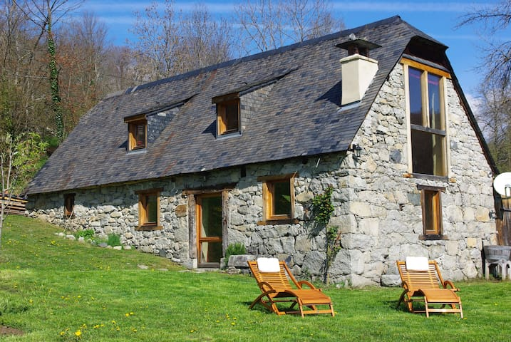La grange des Pyrénées sur un plateau ensoleillé - Arras-en-Lavedan - Casa