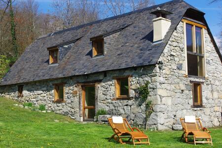 La grange des Pyrénées sur un plateau ensoleillé - Arras-en-Lavedan