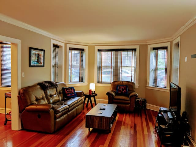 Spacious Condo in the Heart of Andersonville