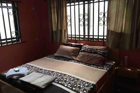 Grace Chamber is en-suite with King size bed (6/6)
