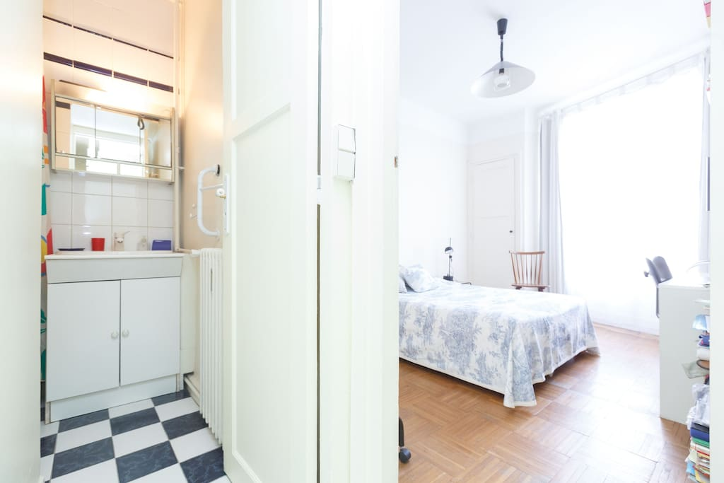 Votre chambre et votre douche privées - Your own private shower room -and double bed.