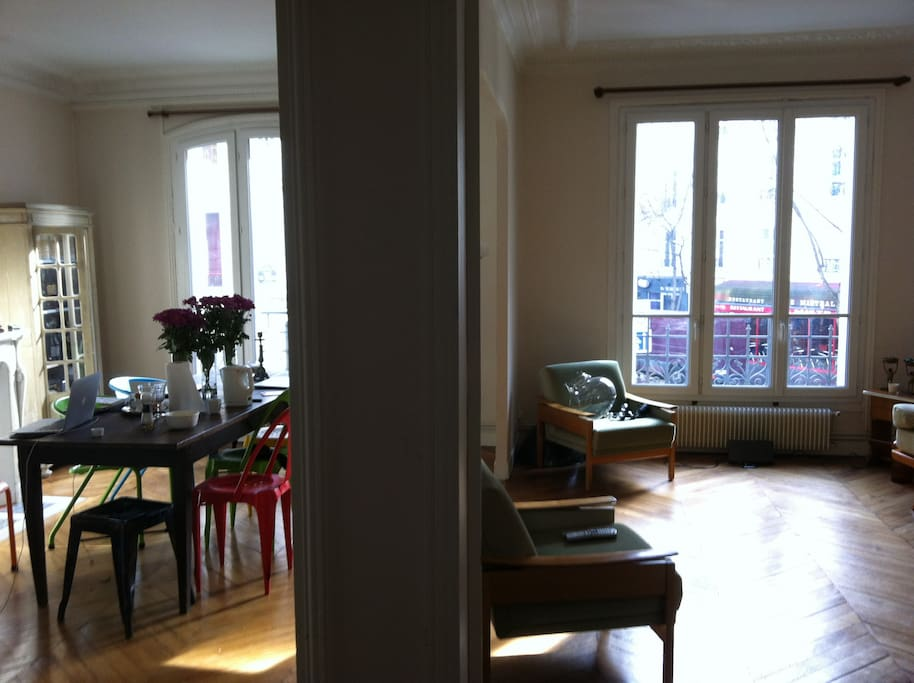Grand salon de 30 m2 design, baigné de lumière, à vivre.