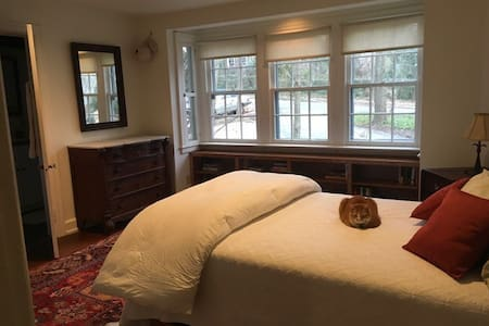 Cozy, private bed&bath in artistic Swarthmore home - Swarthmore - Casa