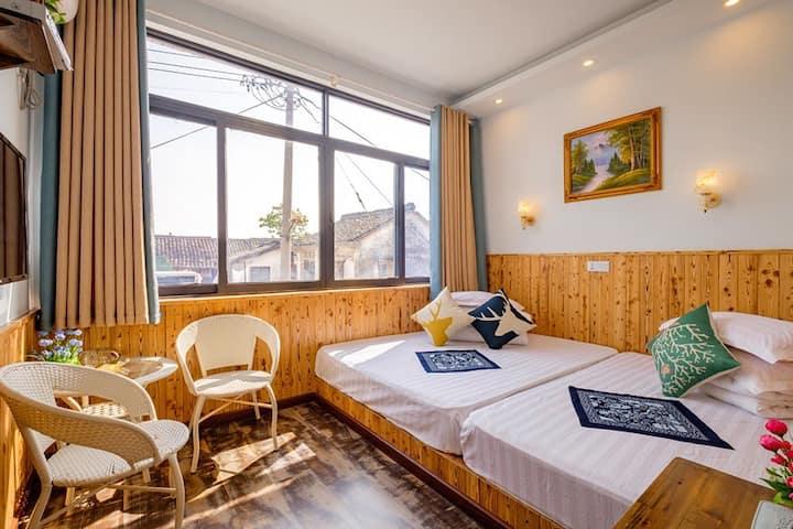 前窗视线家庭房—1.5米+1.3米双床,前窗大玻璃采光十足!特别适合一家三到四口之家入住!
