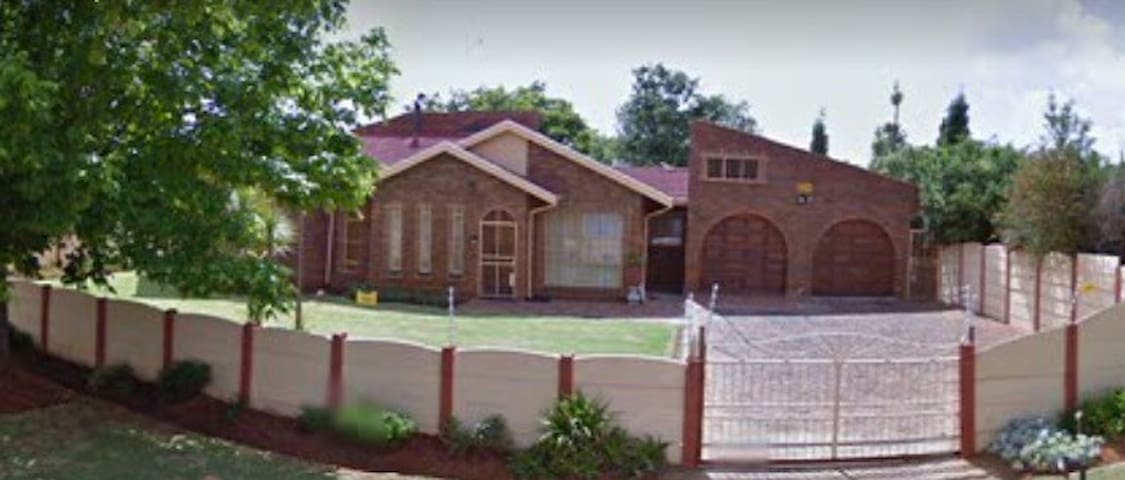 Large home with free parking & Wifi - Benoni - Huis