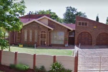 Large home with free parking & Wifi - Benoni - 獨棟