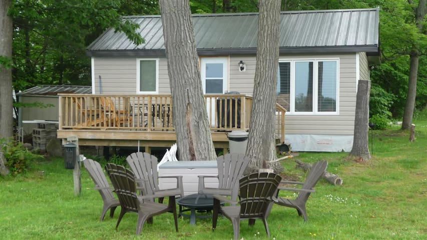 3 BEDROOM WATERFRONT COTTAGE,  CANOE, KAYAKS, WIFI - Port Severn - Blockhütte