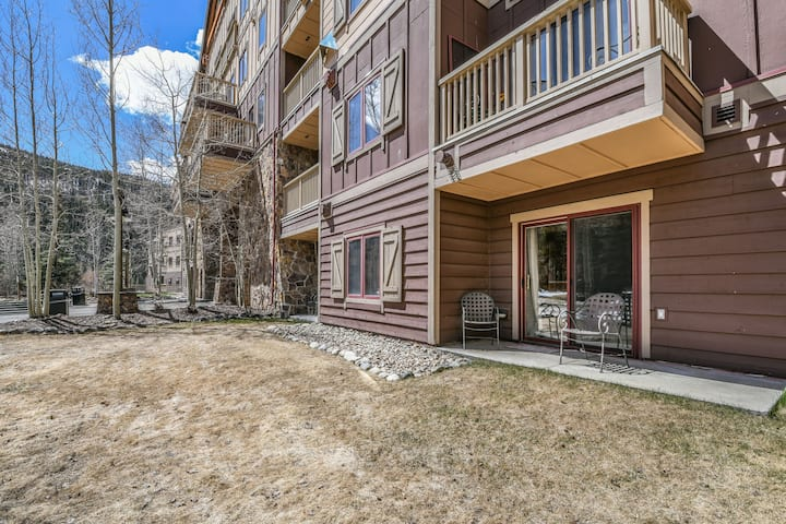 Red Hawk Lodge 2222 - Walk to Gondola, Pool and Hot Tub with Mountain Views!