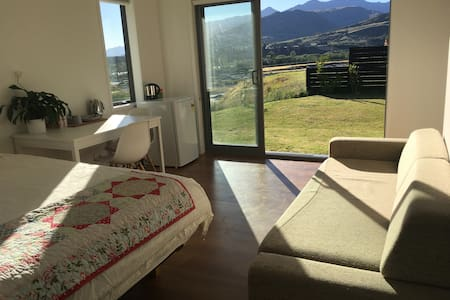 Queenstown-Sunny-Large-Private Entrance-Breakfast