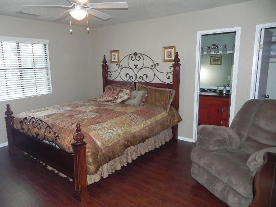 Master Bedroom w/King Bed (Tempurpedic)