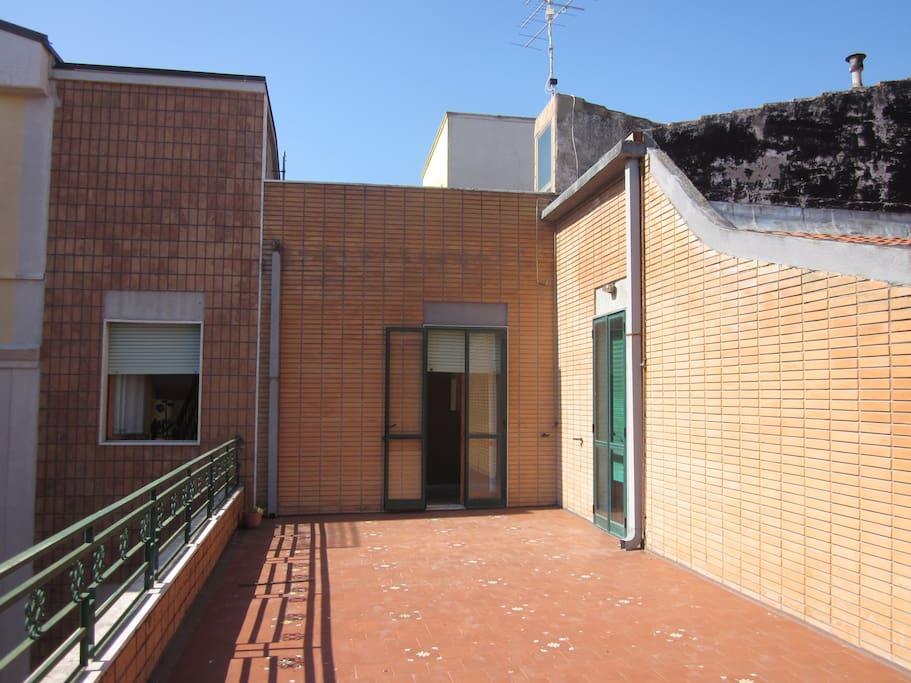 Il terrazzo con duplice accesso dal corridoi e dalla cucina