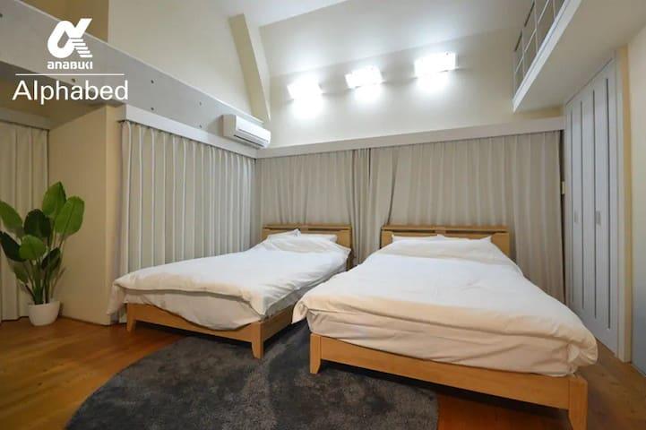 メインベッドルームはダブルベッドがゆったり2台入る広さがあります。