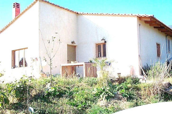 family villa 2300m from the beach - Pteleos - Vila