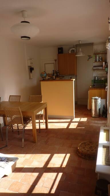 Vue de la porte d'entrée et la cuisine depuis la cage d'escalier