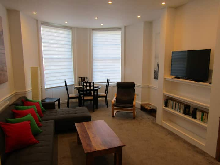 Large 1 bed  flat, free parking & high ceilings