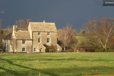 Double w/private bath.Farmhouse B&B - NR Malmesbury