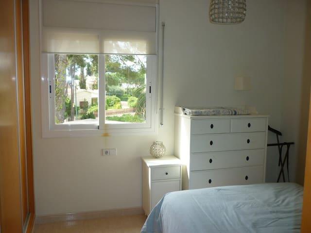 La suite tiene una cama doble (con un colchón de 1,35x1,80m) y baño privado con bañera.  Y si necesitas una cuna, simplemente avísanos para poderla montar a tiempo, muchas gracias.