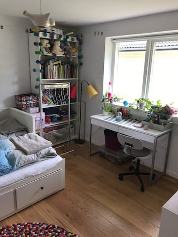 Guest room 2, desk and chair.