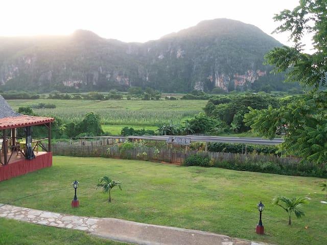 Esta es la vista desde la terraza alta desde aquí  se puede disfrutar la puesta de sol, la magnífica vista del valle,también pueden ver el restaurantde la casa y el organoponico  donde se cosecha vegetales y frutas todo de forma natural y tradicional