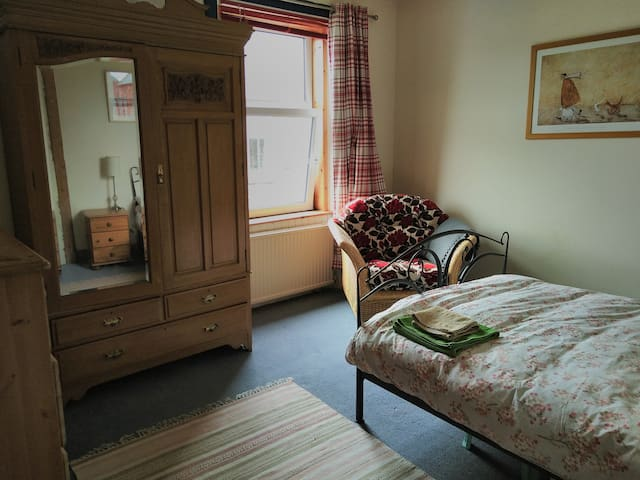 Double room in family home, 5 mins to town centre