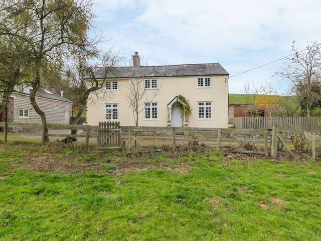 BRYN Y PENTRE, pet friendly, with open fire in Newtown, Ref 989525